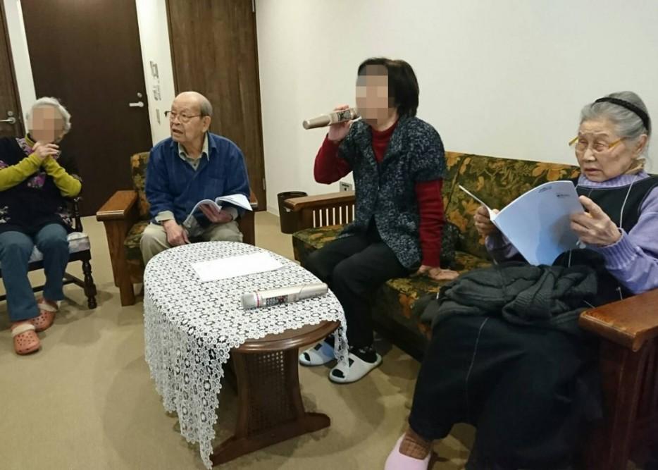 サービス付き高齢者け住宅、清住の杜町田の、娯楽室でカラオケ