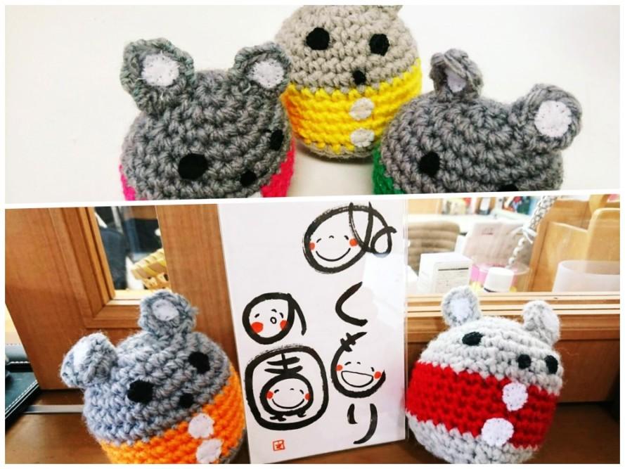 手作りのネズミの編みぐるみ