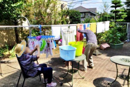 グループホームの日常~中庭で洗濯物干し~