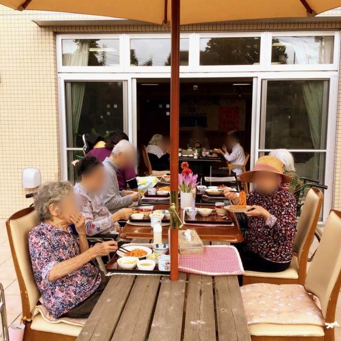 食の秋中庭でランチ